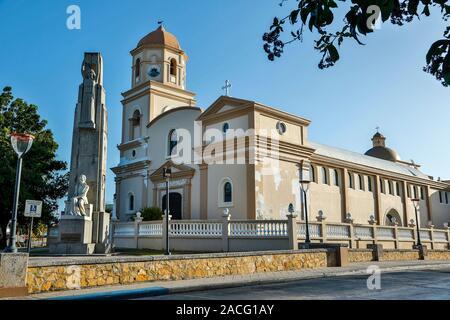 L'église Saint-Michel-Archange, avec monument à Salvador Brau y Asencio à gauche, Cabo Rojo Plaza, Cabo Rojo, Puerto Rico Banque D'Images
