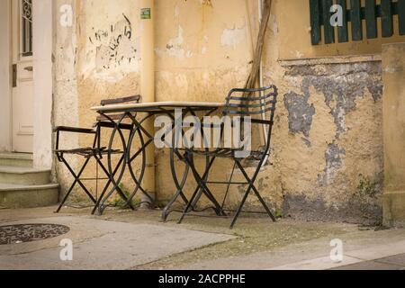 Table et chaises en face d'un restaurant en Grèce Banque D'Images