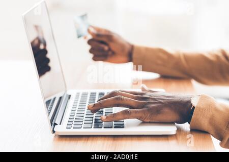 African American guy achat en ligne à l'aide du personnel ordinateur portable Banque D'Images