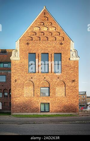Un vieux bâtiment en brique rouge de style industriel entièrement restaurée dans Hoganas, Suède. Banque D'Images