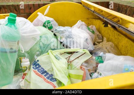 Milan, Italie - 02 décembre 2019: la collecte sélective des déchets, les bacs à ordures big yellow en plastique plein d'ordures Banque D'Images