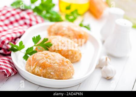 Les matières, la viande non cuite avec les légumes escalopes, les aliments pour bébés Banque D'Images