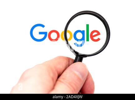 NY - NOV 25: Nouveau Logotype GOOGLE avec loupe devant le moniteur, Google Page d'accueil le 25 novembre. 2019 aux États-Unis Banque D'Images