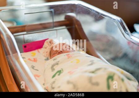Bébé nouveau-né à l'hôpital de dormir dans la couchette Banque D'Images