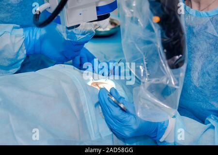 Close up de la chirurgie d'exploitation de l'équipe. L'opération sur l'œil. La chirurgie de la cataracte. La correction de la vue au laser. Patient et équipe de chirurgiens dans le fonctionnement