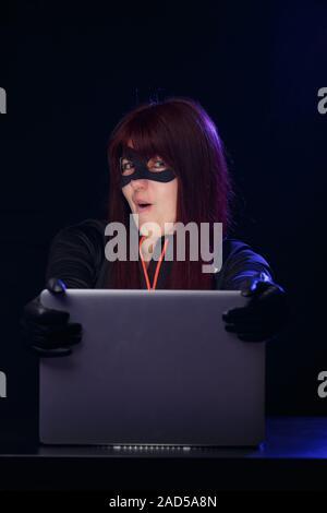 Jeune brunette hacker dans la nuit