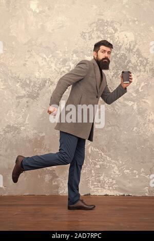 Style décontracté à la mode. l'homme avec barbe. Mannequin. Mature businessman boivent du café sur rendez-vous. La vie moderne. Hipster barbu brutale dans l'usure de denim. Beau jeune homme barbu portant des armoiries et d'exécution. Banque D'Images