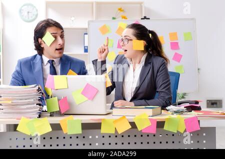 Deux collègues employés travaillant au bureau Banque D'Images
