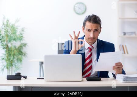 Les jeunes de sexe masculin l'office Banque D'Images