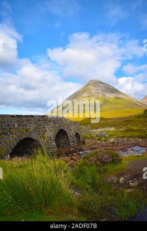 Vieux pont de Sligachan regardant vers la chaîne de montagne de Cuillin, île de Skye. Highland, Écosse, Royaume-Uni Banque D'Images