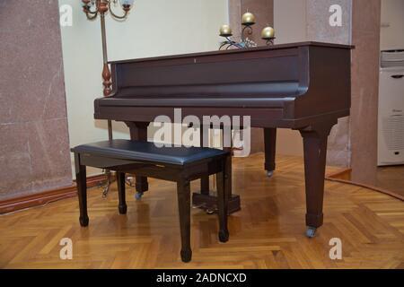 Touches de piano en bois sur l'instrument de musique en bois en vue de face . Big brown piano en bois close up dans la pièce .