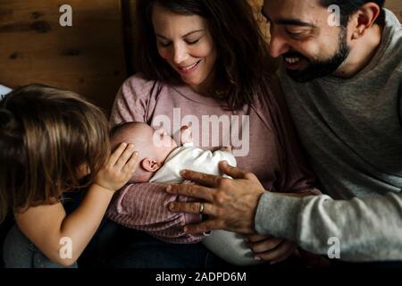 Famille amour embrassant bébé nouveau-né Banque D'Images