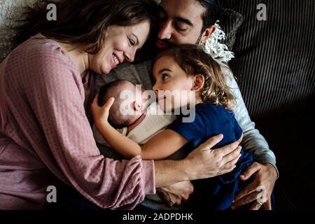 Père de famille embrasse comme mère sourit à 4 ans et du nouveau-né Banque D'Images