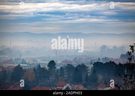 Le brouillard, la fumée, le smog et la pollution atmosphérique, la Serbie, Valjevo ville, Europe Banque D'Images
