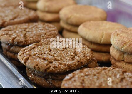 Assortiment de biscuits fraîchement cuits différents empilés