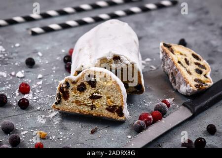 """Tranche de la saison de Noël traditionnel allemand aliment sucré appelé 'Stollen"""" ou """"Christstollen"""", un pain de fruits, les épices et fruits confits ou séchés Banque D'Images"""