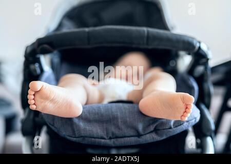 Cute adorable bambin blond caucasien bou dormir dans la poussette dans la journée. Santé des enfants et l'enfance heureuse concept