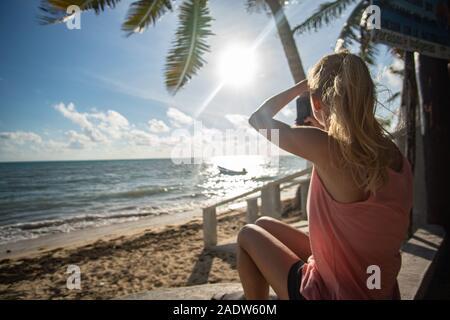 Fille à l'Heavenly Beach à Punta Allen à la mer des Caraïbes