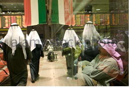 Les hommes d'affaires koweïtiens à Koweït Stock Exchange. Banque D'Images