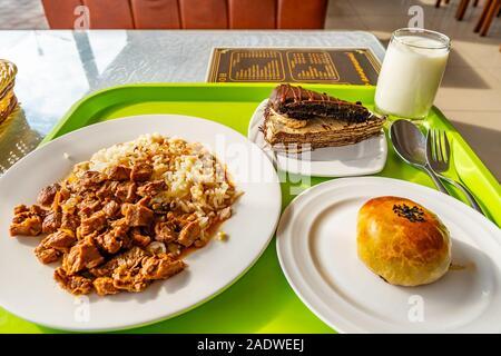 Le Tadjikistan traditionnels appétissants le déjeuner avec gâteau de riz et de boeuf servi sur rouleaux plaques blanches
