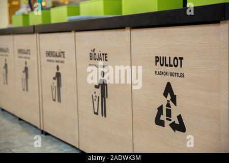 Poubelles dans l'espace à côté de fast-food, séparer les différents types de déchets. le recyclage concept Banque D'Images
