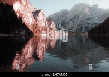 Fantaisie couleurs des dolomites dans le lac Braies vers le coucher du soleil Banque D'Images