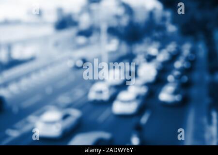 Belle ville brouillée avec l'arrière-plan et les voitures de route dans les tons bleu moderne 2020 Banque D'Images