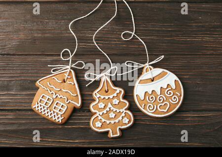 Maison savoureux biscuits de Noël sur fond de bois, de l'espace pour le texte. Vue d'en haut