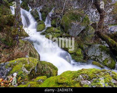 Cascade de la montagne Serra da Estrela au Portugal, Europe Banque D'Images