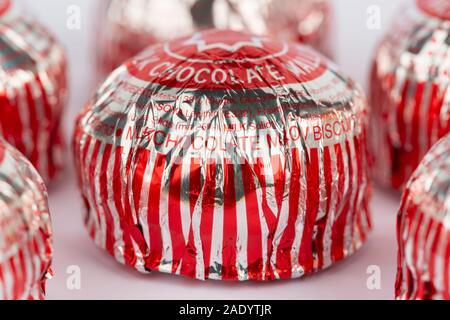 Un certain nombre de chocolat au lait de la marque Tunnock gâteaux thé tourné sur un fond blanc. Banque D'Images