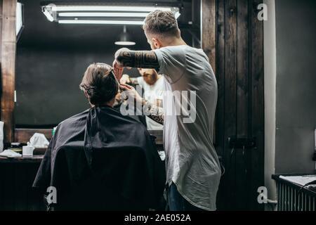 Coiffure soignée avec le peigne en faisant hairstyle Banque D'Images