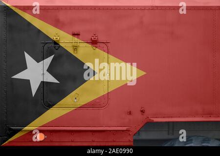 Drapeau Timor Leste représenté sur le côté du camion blindé militaire close up. Les forces de l'armée de l'arrière-plan conceptuel du véhicule