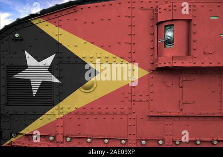 Drapeau Timor Leste représenté sur le côté du réservoir blindé militaire close up. Les forces de l'armée de l'arrière-plan conceptuel