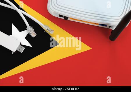 Drapeau de Timor Leste, représenté sur le tableau avec une connexion internet par câble RJ45, usb sans fil carte wi-fi et de routeur. Concept de connexion Internet