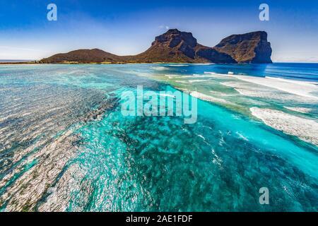 Vue aérienne de l'île Lord Howe littoral avec Mt Gower, fond bleu turquoise Coral reef, Lord Howe Island est classée au Patrimoine Mondial de l'Unesco. Banque D'Images