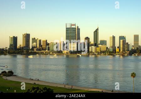 Voir la soirée d'Elizabeth quay, ville de Perth, la rivière Swan, Perth, Australie occidentale à partir de l'Estran Banque D'Images