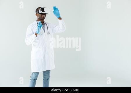 Médecin expérimenté positive à l'aide de lunettes VR Banque D'Images