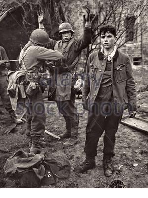 Des soldats de la 3e Armée américaine mener une recherche personnelle des prisonniers de guerre les jeunes soldats allemands dans la ville de Koblenz, Allemagne. Koblenz, Allemagne, mar Banque D'Images