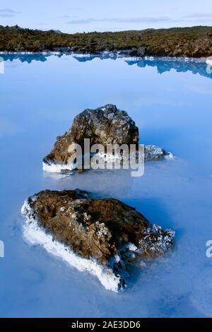 Piscine volcanique pleine de minéraux près du lagon bleu près de Reykjavik en Islande. Banque D'Images