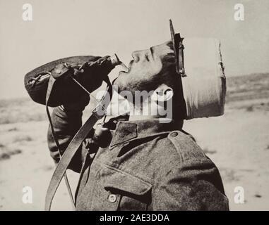 """Avec les forces françaises libres dans le désert occidental: un """"poilu"""" en prenant un verre après le dîner. Banque D'Images"""