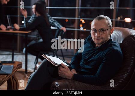 Homme élégant à lunettes. De jeunes gens d'affaires de l'équipe travaille sur son projet de nuit au bureau Banque D'Images