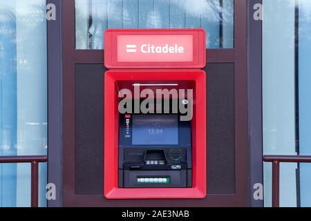 Riga, Lettonie - 30 novembre 2019: Citadele ATM, la banque électronique prise qui permet aux clients de compléter les activités de base, la banque lettone et fina
