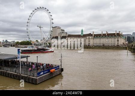 Londres - le 06 septembre 2019: taxi de l'Eau se déplaçant sur la Tamise avec le London Eye en arrière-plan, Londres le 06 septembre, 2019 Banque D'Images