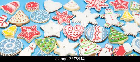 Gingerbread cookies colorés sur fond bleu Banque D'Images