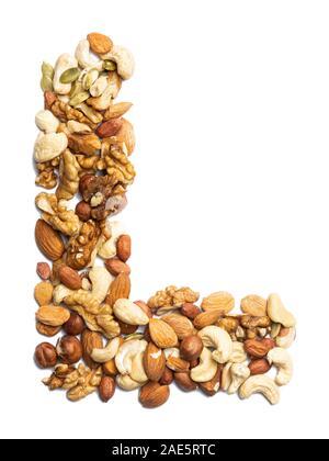 Lettre L de l'alphabet anglais à partir d'un mélange de noisettes, amandes, noix, arachides, noix de cajou, graines de citrouille sur un arrière-plan blanc isolé. P alimentaire