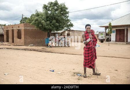 Beau guerrier Massaï avec sa lance dans une ville locale