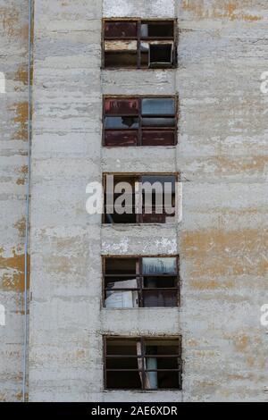 Ancienne usine abandonnée avec des fenêtres cassées et survécu à l'extérieur d'un bâtiment industriel. Les lignes directrices du concept de composition ruiné le passé et le futur. Banque D'Images