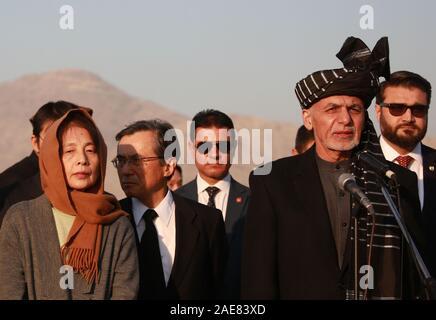 Kaboul, Afghanistan. 7 Décembre, 2019. Le président afghan, Mohammad Ashraf Ghani (R en face) parle au cours d'une cérémonie de rapatriement du reste des morts travailleur de l'aide japonaise Tetsu Nakamura à Hamid Karzia Aéroport International de Kaboul, Afghanistan, 7 décembre 2019 . Rahmatullah Crédit: Alizadah/Xinhua/Alamy Live News