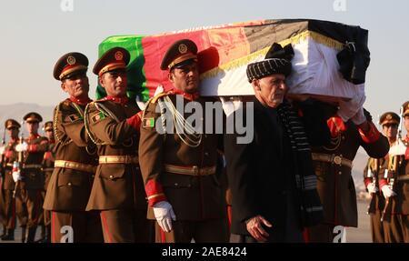 Kaboul, Afghanistan. 7 Décembre, 2019. Le président afghan, Mohammad Ashraf Ghani (1er r, avant) transporte le cercueil de travailleur de l'aide japonaise tué Tetsu Nakamura avec les gardes d'honneur lors d'une cérémonie de rapatriement à l'Aéroport International de Hamid Karzia à Kaboul, Afghanistan, 7 décembre 2019 . Rahmatullah Crédit: Alizadah/Xinhua/Alamy Live News