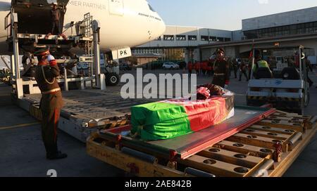 Kaboul, Afghanistan. 7 Décembre, 2019. Photo prise le 7 décembre 2019, montre le cercueil contenant les restes des morts travailleur de l'aide japonaise Tetsu Nakamura lors d'une cérémonie de rapatriement à l'Aéroport International de Hamid Karzia à Kaboul, Afghanistan, 7 décembre 2019 . Rahmatullah Crédit: Alizadah/Xinhua/Alamy Live News